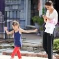 Làng sao - Suri theo mẹ Katie Holmes tới phim trường