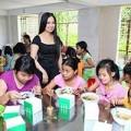 Làng sao - Em gái Cẩm Ly về Việt Nam làm từ thiện