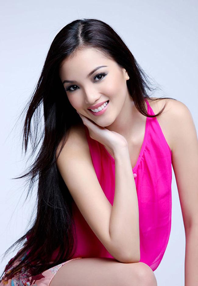 Huỳnh Bích Phương được biết đến nhiều bởi vẻ đẹp thuần khiết,có lẽ một phần nhờ vào mái tóc suôn dài của cô.