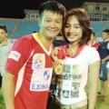 """Làng sao - Văn Quyến dẫn """"vợ yêu"""" đi nhận Cup"""