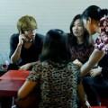 Làng sao - Bùi Anh Tuấn đi ăn đêm cùng mẹ và em gái