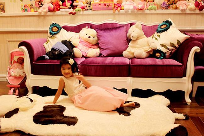 Bé Bảo Tiên - con gái của vợ chồng diễn viên Trương Ngọc Ánh và Trần Bảo Sơn có không gian riêng rộng khoảng 80m2 với giường ngủ màu hồng và rất nhiều đồ chơi.