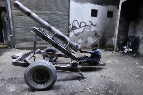 an tuong be 10 tuoi trong xuong vu khi syria - 6