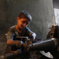 Tin tức - Ấn tượng bé 10 tuổi trong xưởng vũ khí Syria