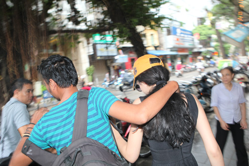 andrea lo dien voi canh tay bi thuong - 3