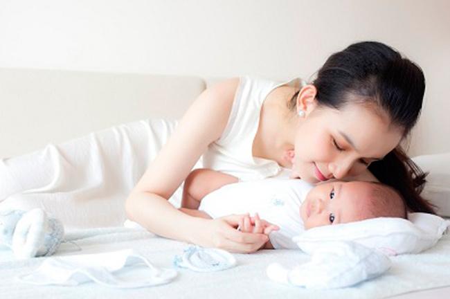 Hoa hậu hoàn vũ Việt Nam 2008 Nguyễn Thùy Lâm vừahạ sinh cô công chúa thứ hai vào tháng 4/2013- bé Mon, tên thân mật của con gái HH Thùy Lâm, hiện đã được 5 tháng tuổi.