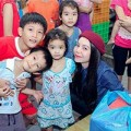 Làng sao - Trà Ngọc Hằng tặng quà cho trẻ ung thư