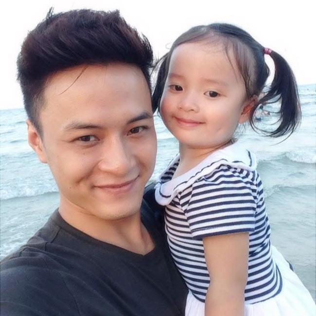 Ít ai biết chàng diễn viên Hồng Đăng từng nổi tiếng với rất nhiều vai công tử trong các bộ phim Cầu vồng tình yêu (vai Minh Khang) hay Giọt nước rơi (đóng cùng hotgirl Chipu) đã có con gái lớn. Bé Nhím, con gái Hồng Đăng hiện đã hơn hai tuổi.