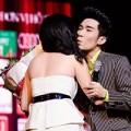 Làng sao - Bạn gái lên sân khấu chúc mừng Quang Hà