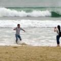 Tin tức - Đổ xô chụp ảnh sóng dữ 'đón' siêu bão
