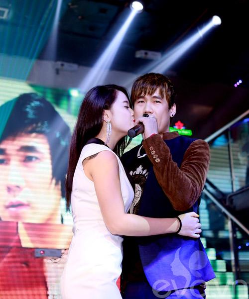 khanh phuong duoc fan nu hon tren san khau - 11