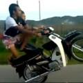 Clip Eva - Thót tim màn làm xiếc trên xe máy của 2 nam thanh niên