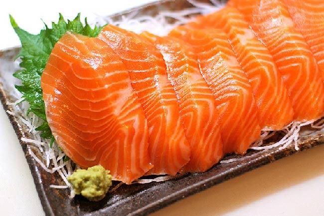 Cá hồi tự nhiên  Với hàm lượng dinh dưỡng lý tưởng, đặc biệt là lượng omega -3 dồi dào rất tốt cho trí não của bé, cá hồi được xem như 'thực phẩm vàng' dành cho trẻ nhỏ. Tuy nhiên, so với cá hồi được nuôi, cá hồi tự nhiên không chỉ chứa ít thủy ngân, có vị ngon hơn hẳn mà hàm lượng dinh dưỡng cũng vượt trội. Có điều, cá hồi tự nhiên số lượng có hạn và không phải lúc nào cũng mua được. Vì thế, không ít mẹ đã 'săn' bằng được những nguồn cung cấp cá hồi tự nhiên để có thực phẩm tốt cho con ăn dặm. Để làm được điều đó, mẹ phải đầu tư những khoản 'tiền triệu' cho bữa ăn của con.