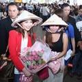 Làng sao sony - Mỹ nữ Philippines thích thú đội nón lá Việt