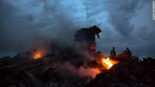 mh17 roi o ukraine: xac nguoi nam la liet tai hien truong - 1