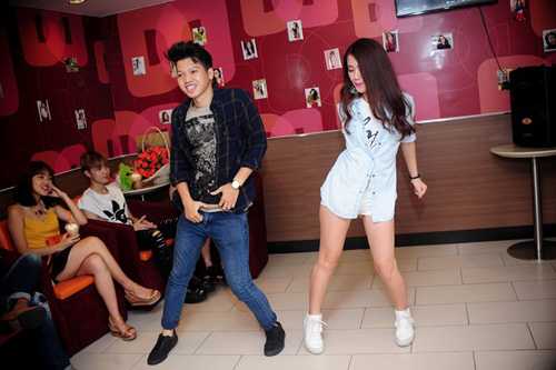 hai hot girl phim 18+ goi cam trong tiec sinh nhat - 13