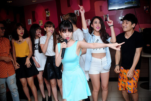 hai hot girl phim 18+ goi cam trong tiec sinh nhat - 15