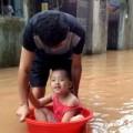"""Tin tức - Người dân Lạng Sơn vất vả """"bơi"""" trong lũ"""