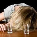 Tin tức - Cô gái say rượu leo từ quán karaoke sang ban công nhà dân