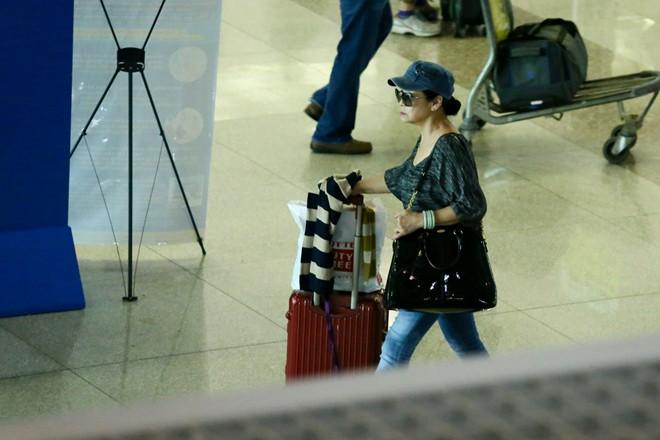 Vợ chồng Khánh Ly gây chú ý ở sân bay - 1