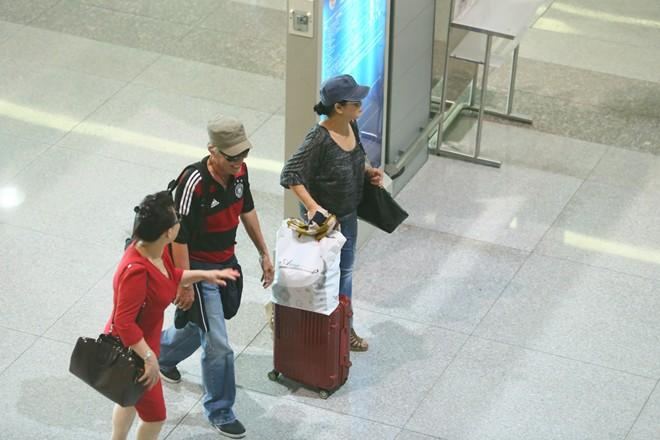 Vợ chồng Khánh Ly gây chú ý ở sân bay - 10