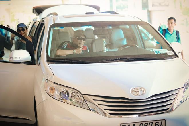 Vợ chồng Khánh Ly gây chú ý ở sân bay - 14