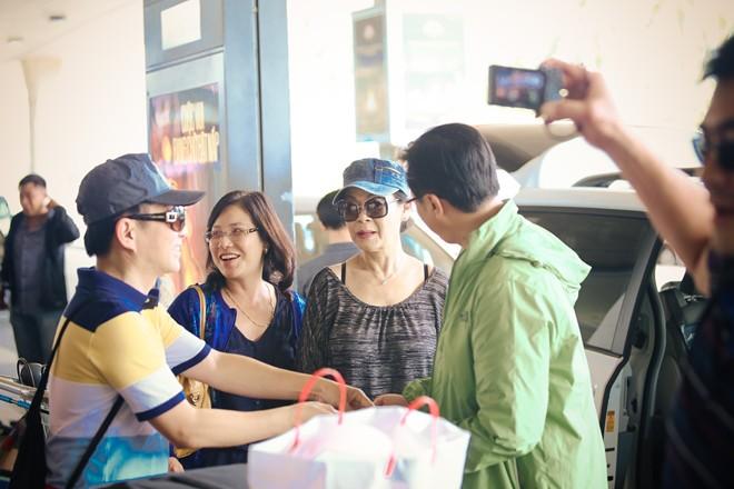 Vợ chồng Khánh Ly gây chú ý ở sân bay - 15