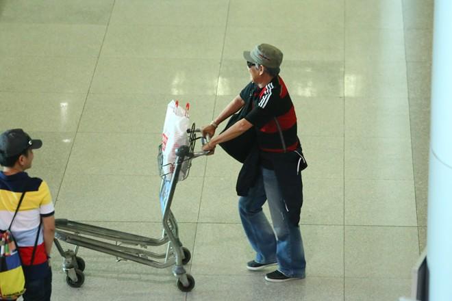 Vợ chồng Khánh Ly gây chú ý ở sân bay - 3