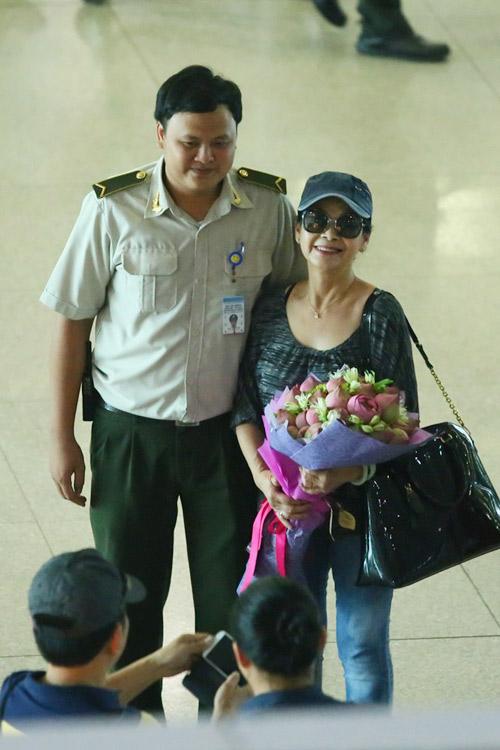 Vợ chồng Khánh Ly gây chú ý ở sân bay - 4