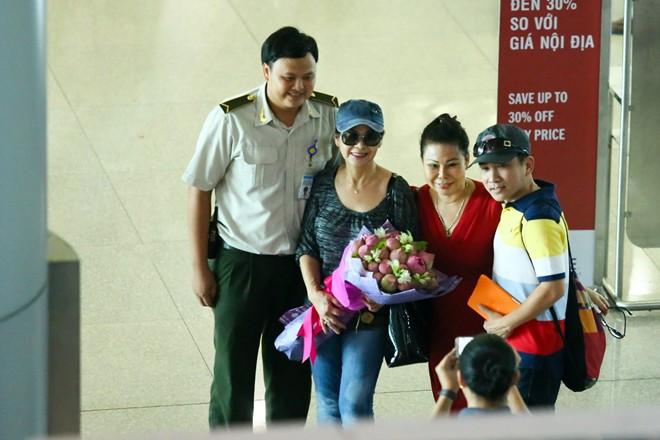 Vợ chồng Khánh Ly gây chú ý ở sân bay - 5