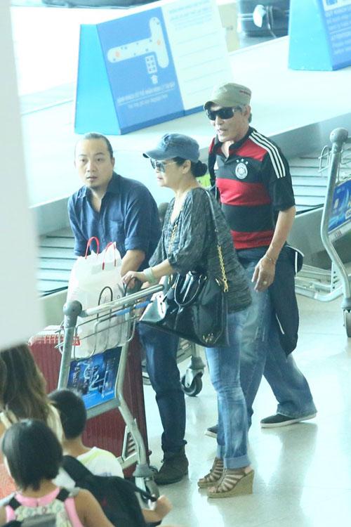Vợ chồng Khánh Ly gây chú ý ở sân bay - 6