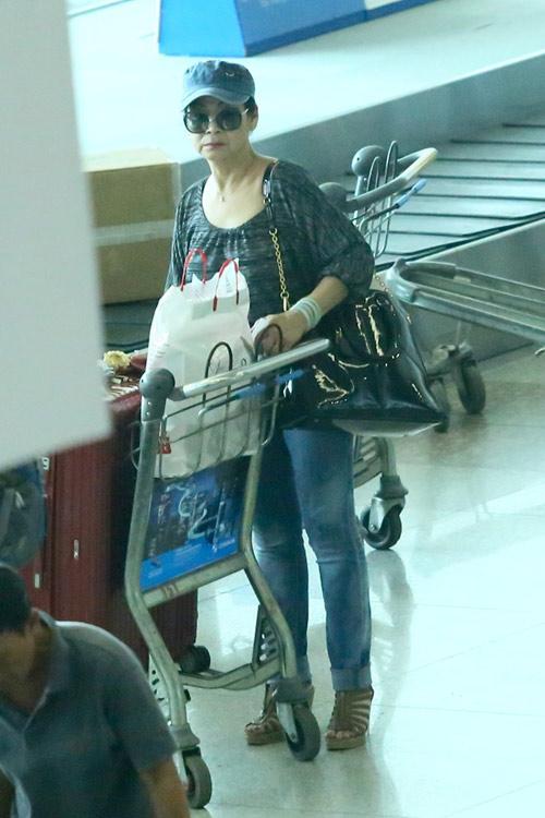 Vợ chồng Khánh Ly gây chú ý ở sân bay - 7