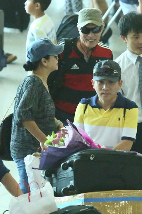 Vợ chồng Khánh Ly gây chú ý ở sân bay - 8
