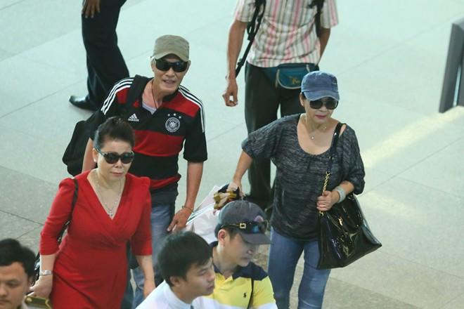 Vợ chồng Khánh Ly gây chú ý ở sân bay - 9