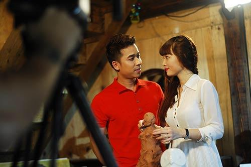 Lê Hoàng toát mồ hôi khi cầu hôn bạn gái hot girl-3