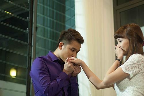 Lê Hoàng toát mồ hôi khi cầu hôn bạn gái hot girl-7