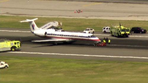 Máy bay Mỹ hạ cánh khẩn cấp vì buồng lái bốc khói - 1
