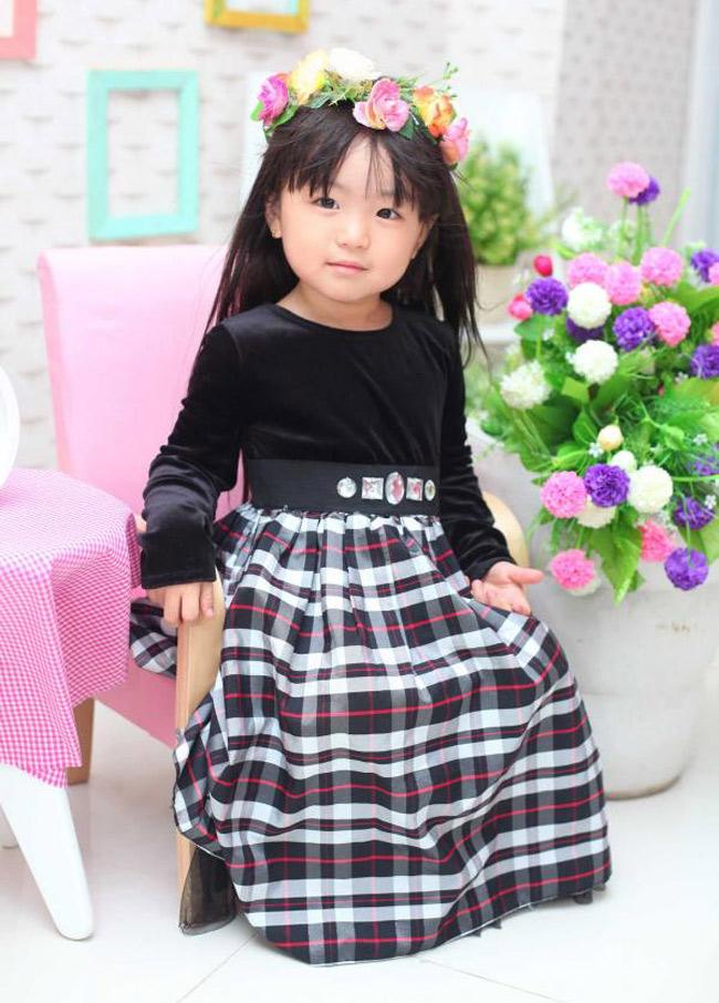 Bé Quỳnh Anh thích chụp ảnh