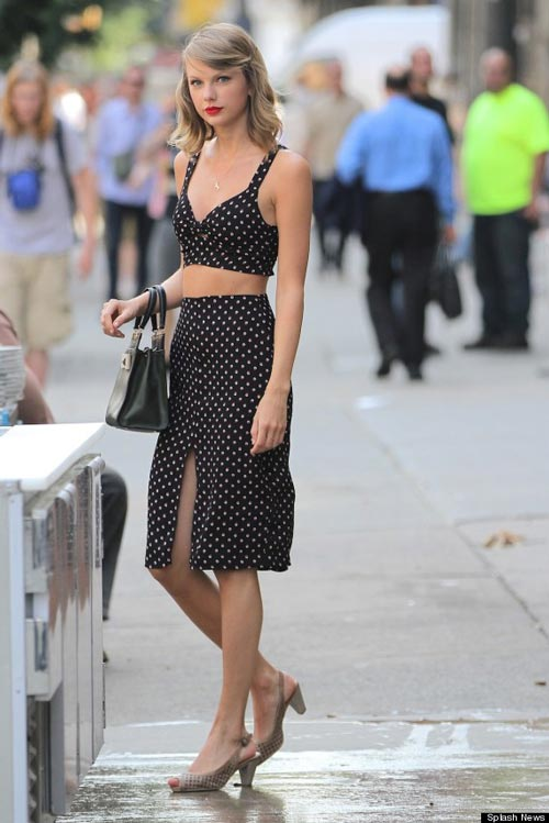 taylor swift khoe eo thon voi ao lung - 5