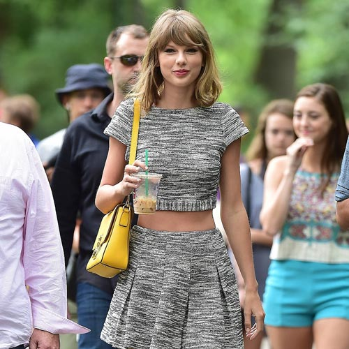 taylor swift khoe eo thon voi ao lung - 6