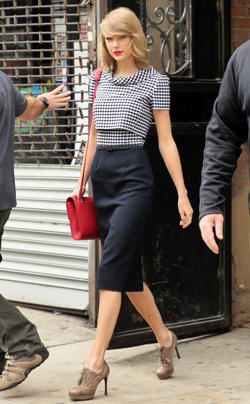taylor swift khoe eo thon voi ao lung - 13