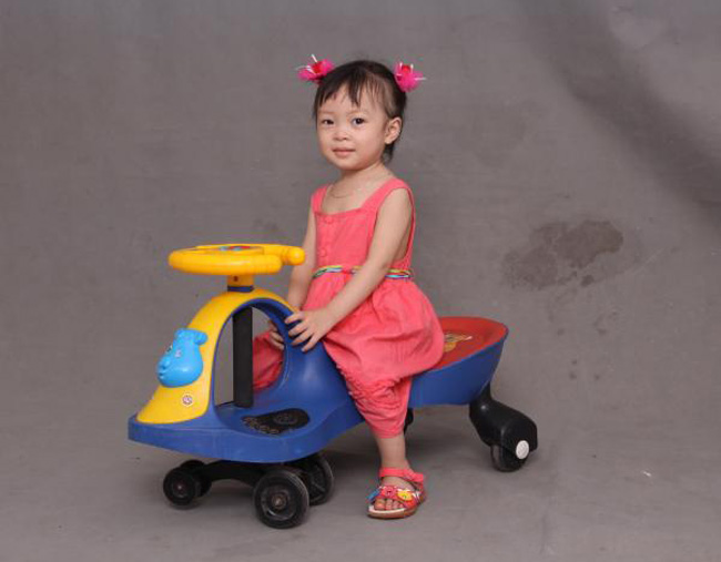 Bé tên thật là Lê Bảo Lan Phương, sinh ngày 14/6/2012. Ở nhà bé có tên gọi đáng yêu là Bống, bé mới bắt đầu đi học mẫu giáo được 3 buổi nhưng bé đã nhớ tên được vài bạn trong lớp. Mỗi buổi đi học về bé lại kể cho mẹ nghe 'mẹ ơi, cô giáo cho ăn cháo', 'mẹ ơi, bạn Trang ngồi bô, bạn Tú Tài ngồi bô', 'mẹ ơi, em bé khóc nhè'... bé cứ líu lo cả ngày thật ngộ nghĩnh. Bé rất thích hát, thích kể chuyện và thích được ông bà, bố mẹ và các anh hoan hô thật to khi bé hát. Mặc dù đã hơn 2 tuổi và đã đi học mẫu giáo nhưng bé vẫn đòi mẹ cho ti. Mỗi khi đi ngủ là bé lại ti mẹ và bảo 'mẹ hát Trường mầm non đi', 'mẹ kể chuyện chú mèo trèo cây cay đi ', 'mẹ kể chuyện gà gáy ò..ó..o đi' ...giọng bé cứ ngọng líu ngọng lô thật đáng yêu.