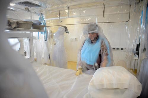 """khung bo bang """"bom ban"""" ebola: ac mong toan cau? (ky 2) - 2"""