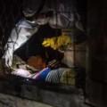 Tin tức - Ám ảnh bé 12 tuổi bị nhốt cùng thi thể mẹ bị nhiễm Ebola