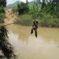 Tin tức - Đu dây cáp qua sông, một phụ nữ rơi từ độ cao 10 m