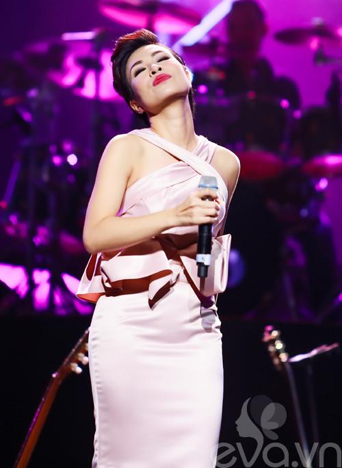 Quốc Trung hôn Uyên Linh trên sân khấu-19