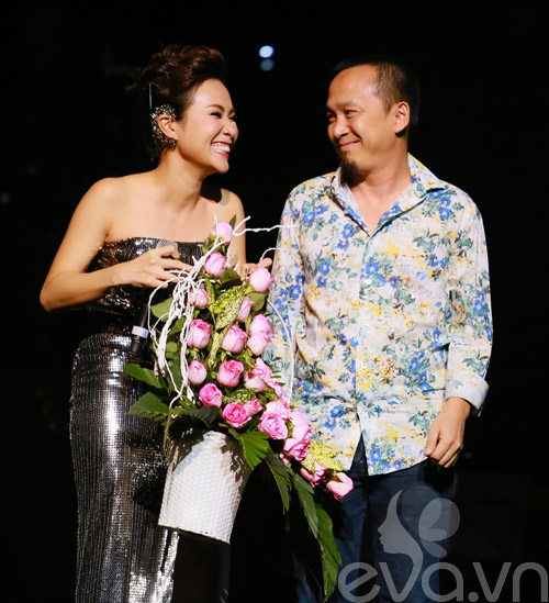 Quốc Trung hôn Uyên Linh trên sân khấu-2