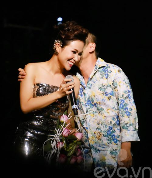 Quốc Trung hôn Uyên Linh trên sân khấu-3