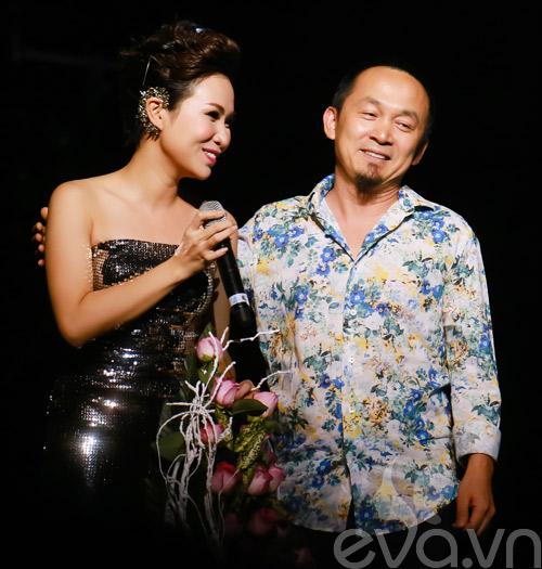 Quốc Trung hôn Uyên Linh trên sân khấu-4