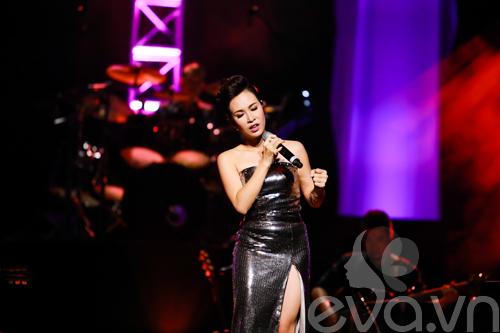 Quốc Trung hôn Uyên Linh trên sân khấu-11